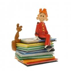 Figurine de collection Pixi Spirou Spip assis sur une pile d'albums 6364 (2015)