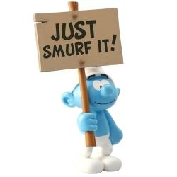 Figura de colección Plastoy: El Pitufo con su cartel Just Smurf It! 00179 (2017)