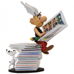 Collectible Figurine Plastoy: Astérix seated on a pile of comics 00123 (2017)