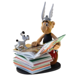 Collectible Figurine Plastoy: Astérix next to a pile of comics 00128 (2018)