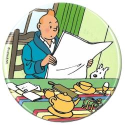Aimant décoratif de Tintin en train de lire son journal avec Milou (55mm)